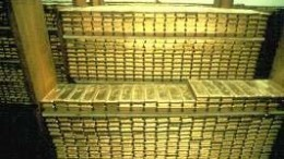 Gran pila de lingotes de oro almacenados