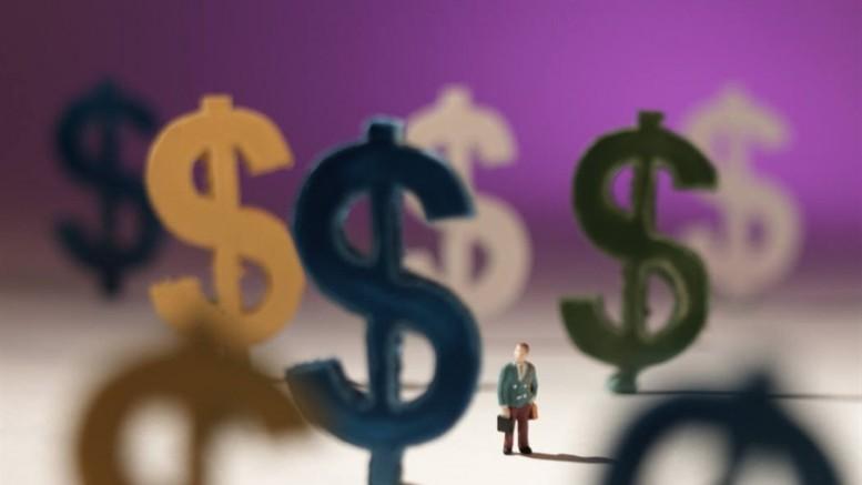 Grandes símbolos de dolar y persona diminuta