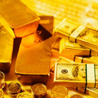 Lingotes de oro y fajos de billetes de dolar