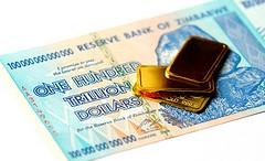 Billete Zimbabwe y lingote de oro