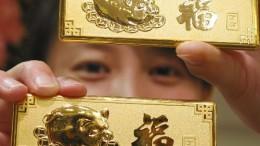 lingote de oro con cerdito de la suerte