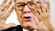 Warren Buffett con manos arriba