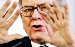 Warren Buffett con manos arriba