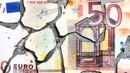 Billete de 50 euros roto en piezas