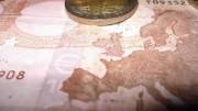 Billete y moneda euro con mapa de Europa, España y Portugal