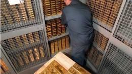 Hombre almacenando reservas de oro