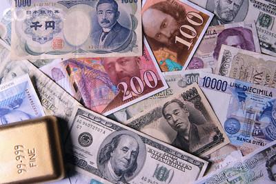 Billetes dinero y lingote