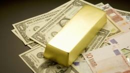 Lingote oro y billetes de dólar y euro