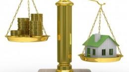 Balanza con dinero y vivienda