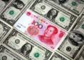 Yuan chino rodeado de billetes de dólares