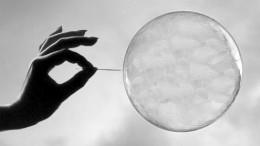 Burbuja a punto de ser pinchada por una aguja