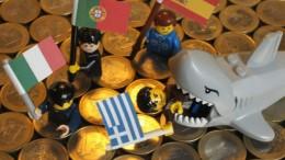 Figuras lego con bandera europeas Italia, Portugal, España y Grecia y tiburón