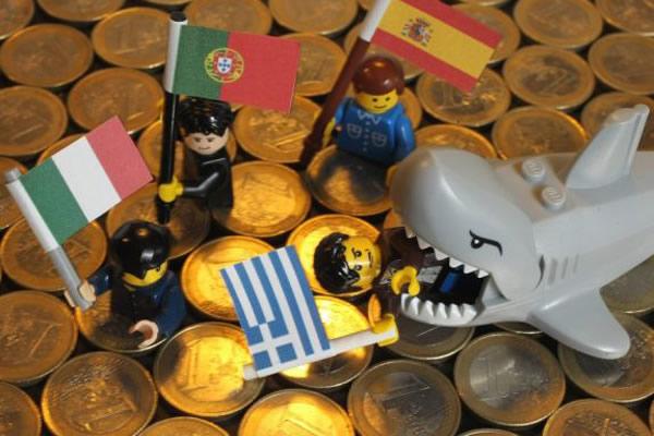 Figuras lego con bandera europeas Italia, Portugal, España y Grecia y ...