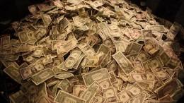 Billetes de dólares en montaña