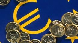 Bandera Europa y monedas euro