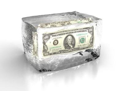 Billete dólar dentro de cubo de hielo