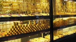 Vitrinas con objetos, joyas y lingotes de oro