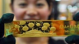 Mujer China con Lingote Oro