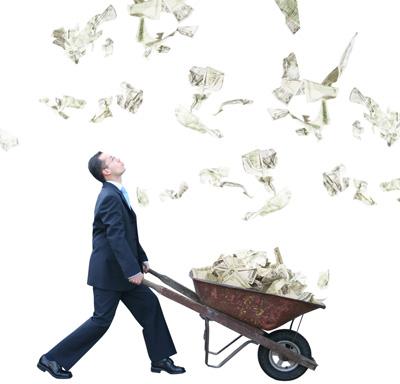 Hombre con carro llevando billetes de dólares mirando lluvia de dinero