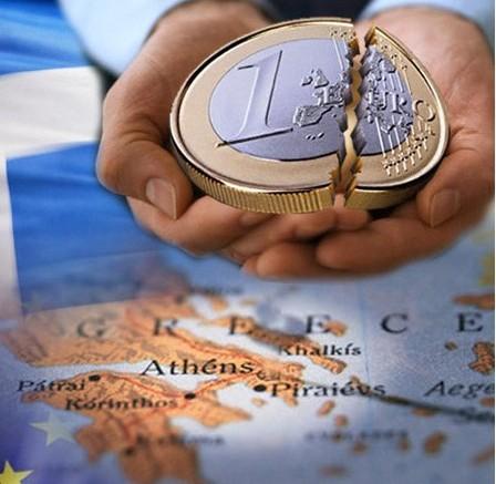 Moneda de euro rota encima del mapa de Europa