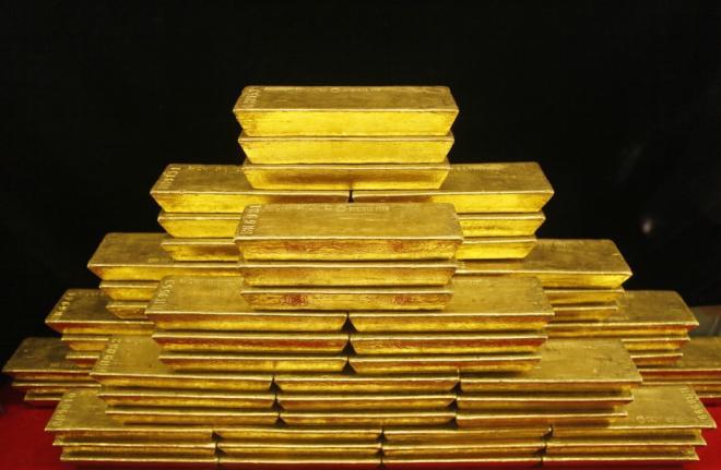 Lingotes de oro apilados