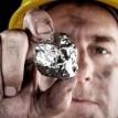 Minero con pepita de plata en la mano