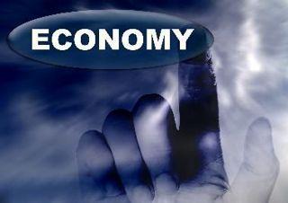 Mano pulsando tecla economía