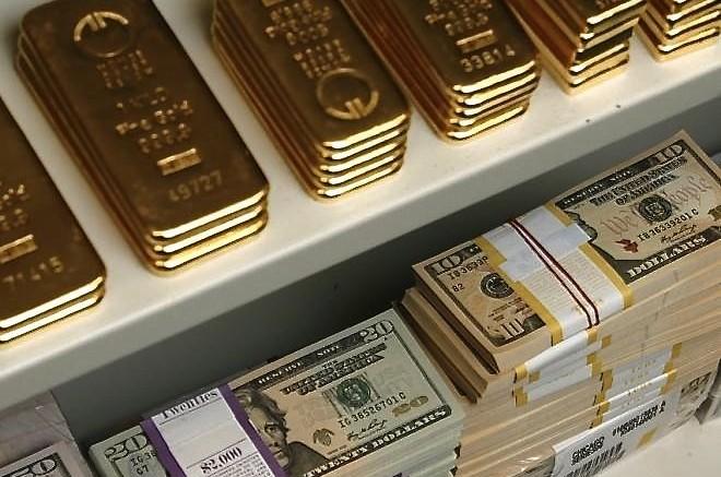 Lingotes de oro y dólares