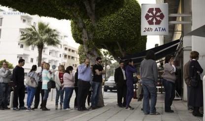 Colas ante los bancos de Chipre por controles de capital