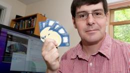 Gavin Andresen con tarjetas Bitcoin