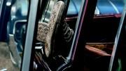 Hombre con botas en un coche