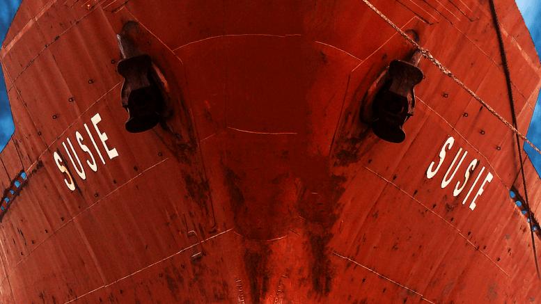 Barco de carga rojo