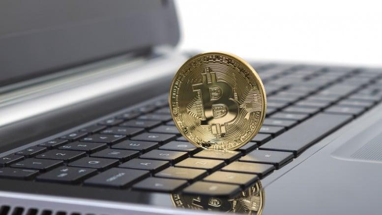 Moneda bitcoin sobre un ordenador