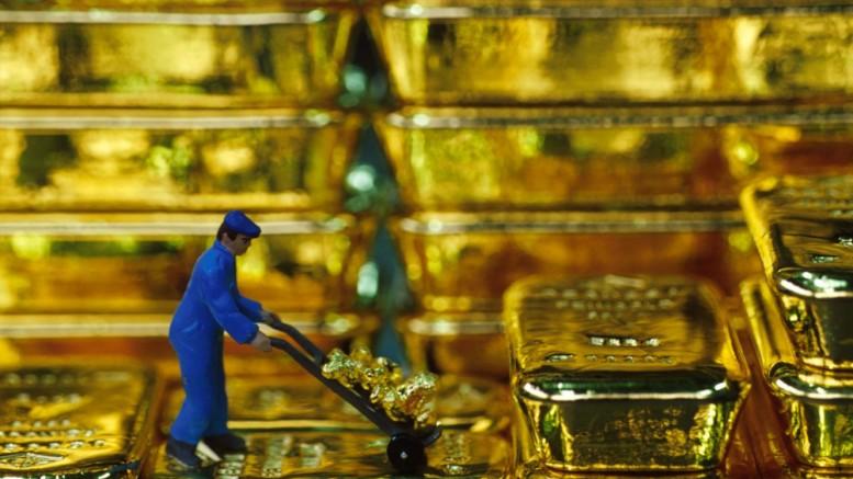 Lingotes de oro con hombre