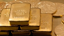 Lingotes de oro y monedas