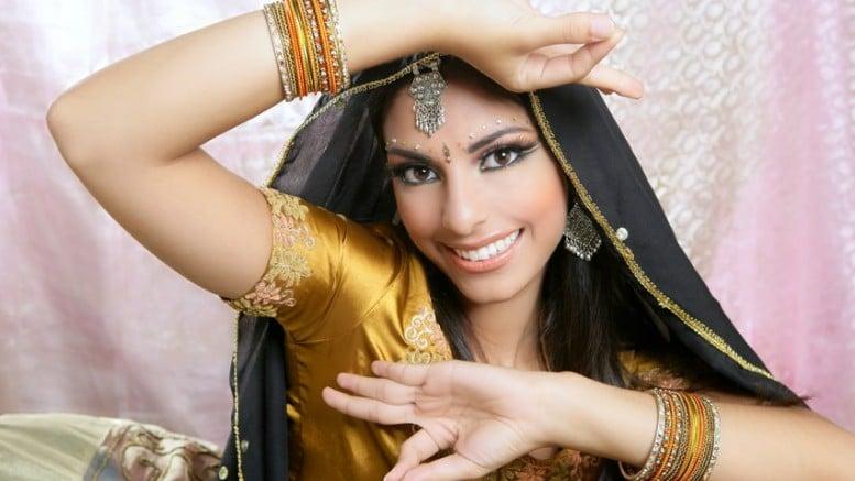 Mujer india con joyas de oro