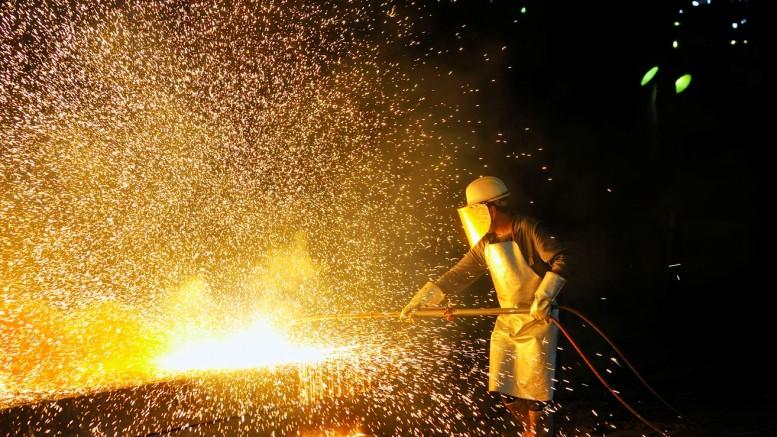 Trabajdor en fabrica de hierro