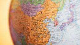 China en un globo terraqueo