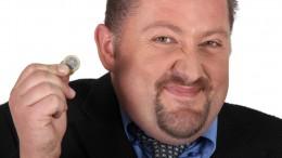 Hombre con moneda de euro
