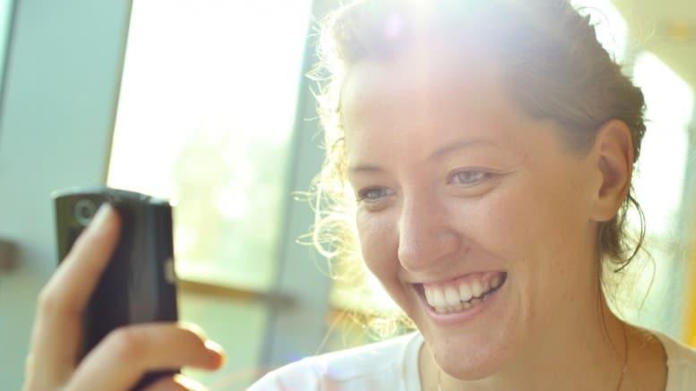 Mujer enviando mensaje con movil