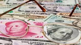 Dolar y yuan chino en billetes