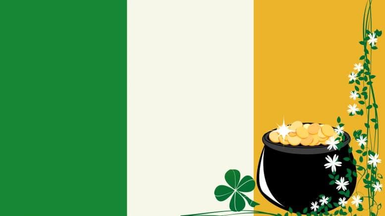 Bandera de Irlanda y hoja trebol con monedas de oro