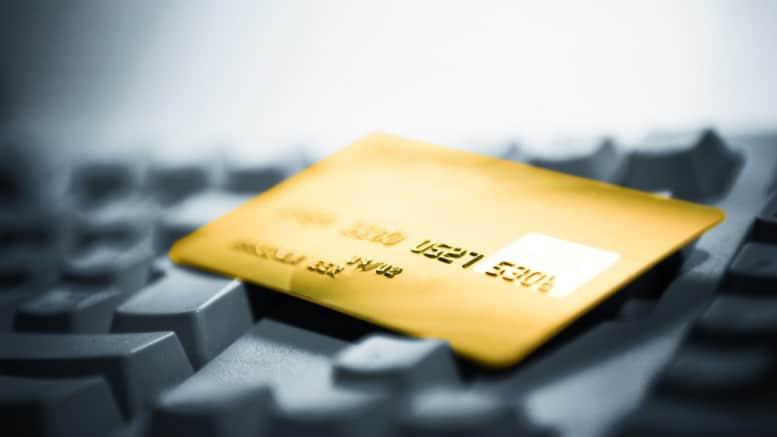 Tarjeta de credito dorada en un teclado