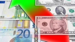 Billetes euro y dolares con flecha al alza