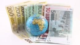 Billetes de euro con globo de la tierra