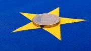 Moneda de Euro sobre Bander de la UE