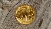 Moneda de oro reverso American Gold Buffalo coin sobre madera