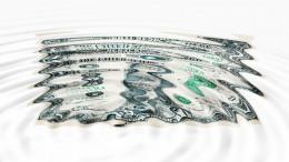 Billete de dólar en agua