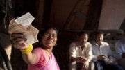 Mujer india con rupias en la mano