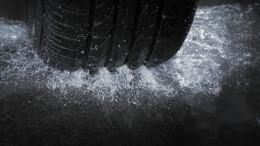 Rueda de coche en calle mojada